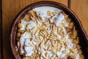 دستور خوراک نخود لبنانی با نان پیتا و ماست تند